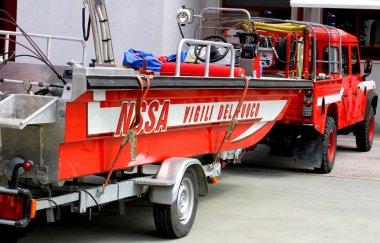 İtalyan İtfaiye kurtarma sel sırasında tekne