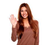 mladá žena s úsměvem a říká Ahoj na vás