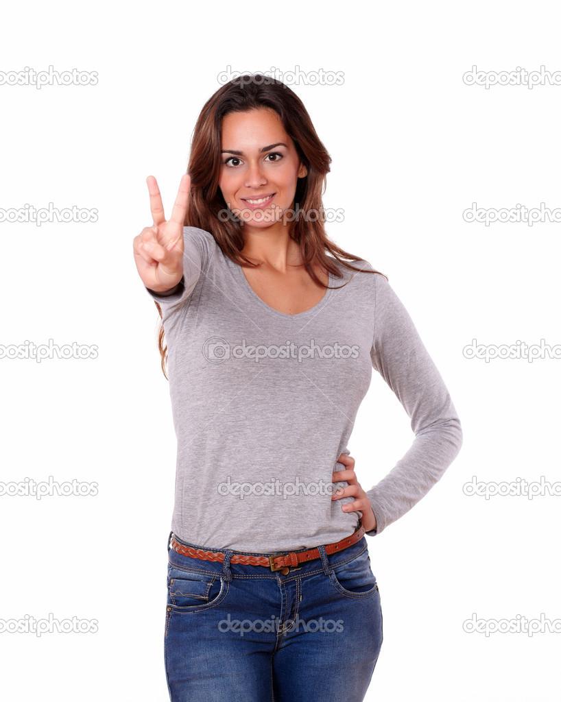 tr s femme montrant des signes de victoire avec les doigts photographie pablocalvog 30162449. Black Bedroom Furniture Sets. Home Design Ideas
