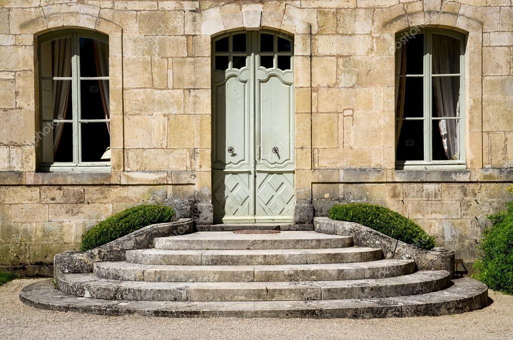 pared de la casa vintage con ventanas y puerta de entrada Foto de