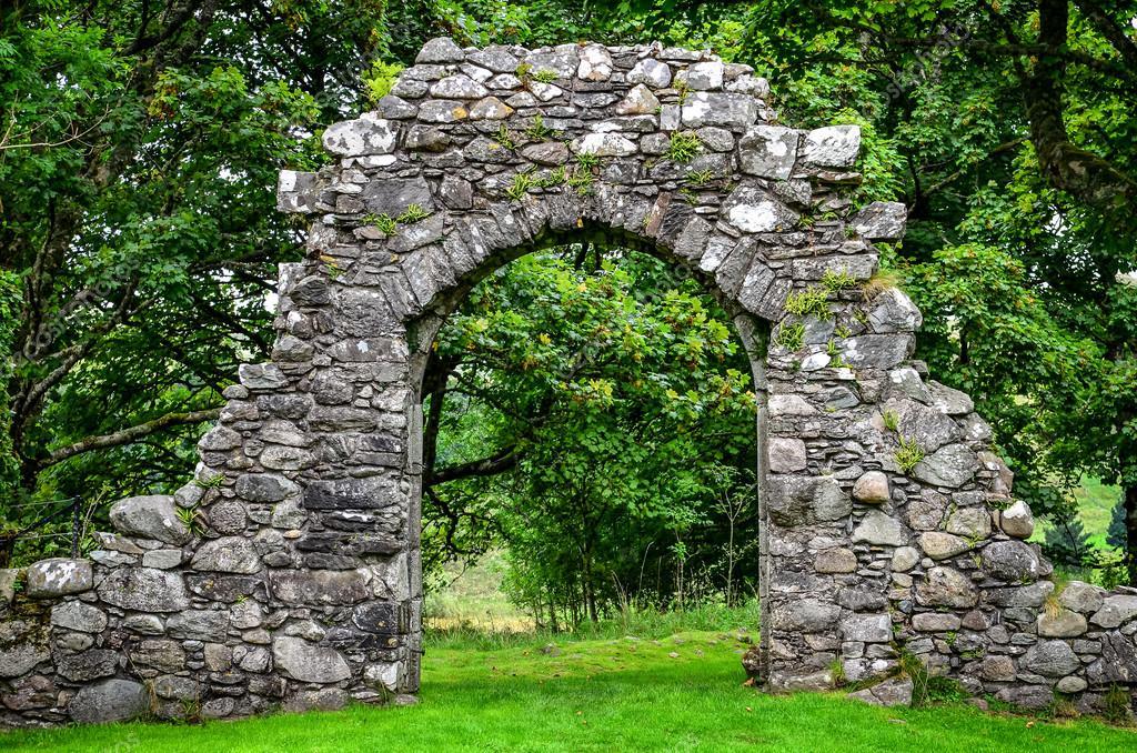 Vieux mur de pierre entr e dans jardin verdoyant for Mur de pierre jardin