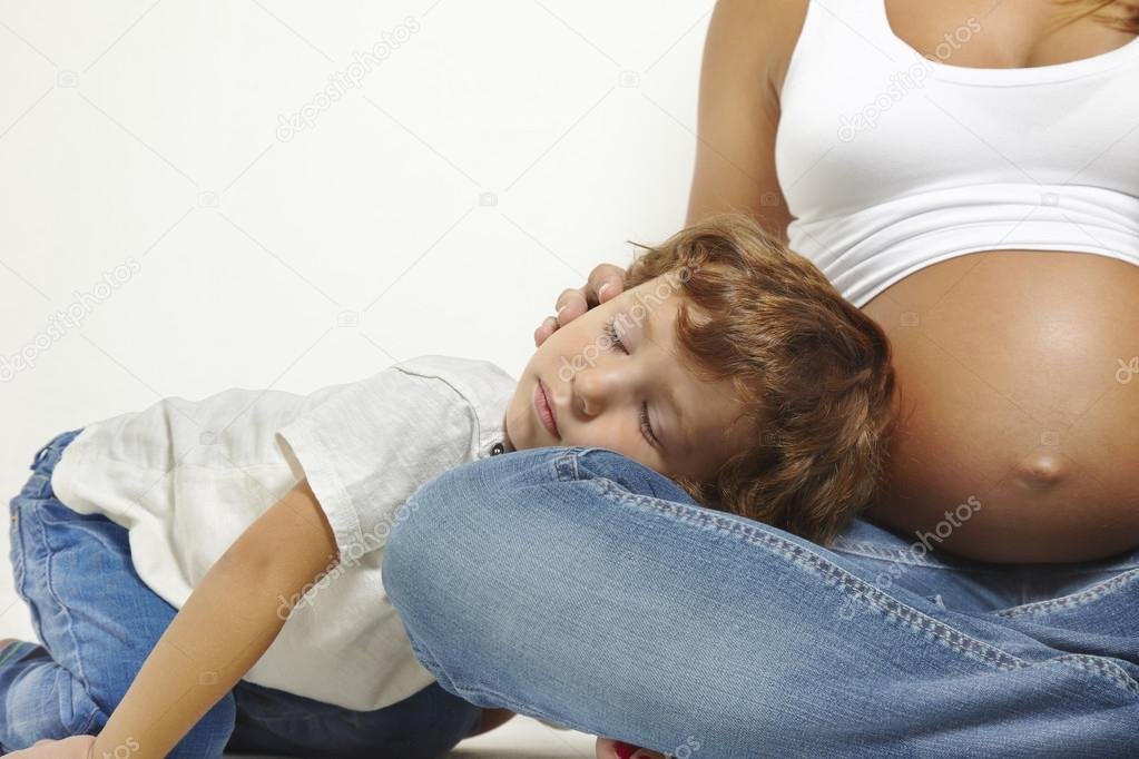 Kind schläft mit schwangerer Mutter — Stockfoto