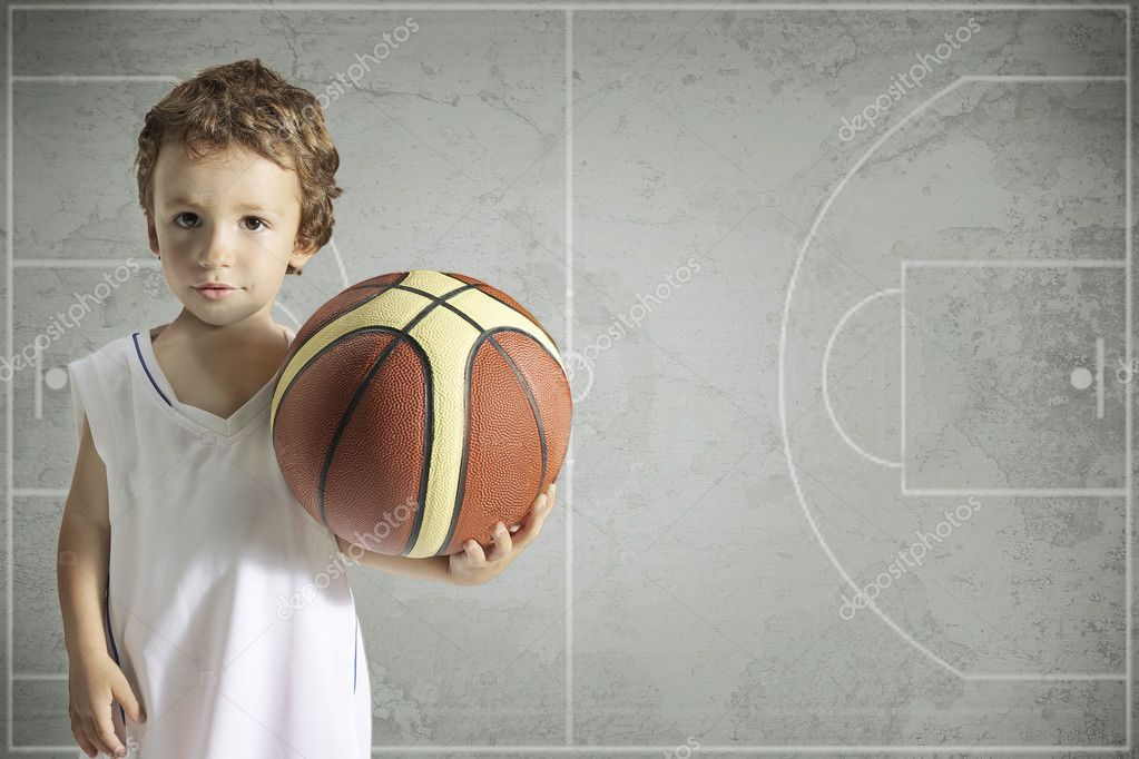 7cad0e55e10 rozkošný chlapec s košíkovou — Stock Fotografie © bonninturina  16306635