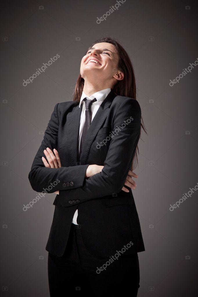 5bed68d8f8eb Ritratto di una bella donna d affari con abito nero e cravatta ...