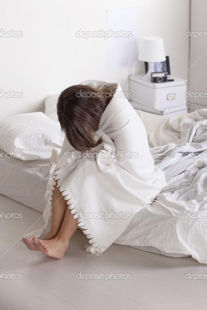 Junge Frau verzweifelt auf weißen Bett ruht — Stockfoto ...