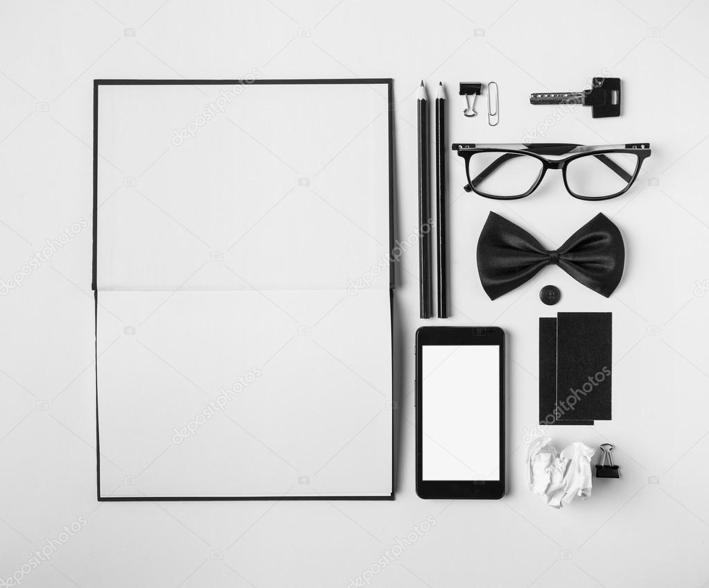 objets m tier dans l 39 ordre sur le bureau blanc photographie bonninturina 43835371. Black Bedroom Furniture Sets. Home Design Ideas