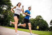 běhání-sportovní mladý pár