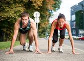 Fotografia rivalità - giovane coppia in competizione nella corsa