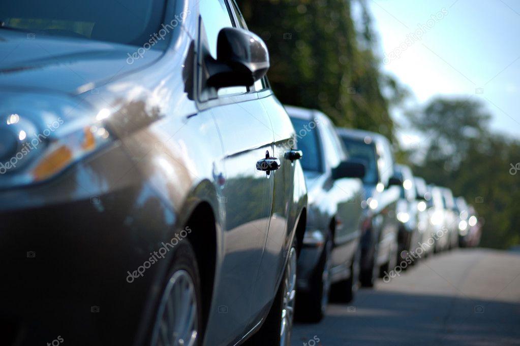 Riga di auto parcheggiate