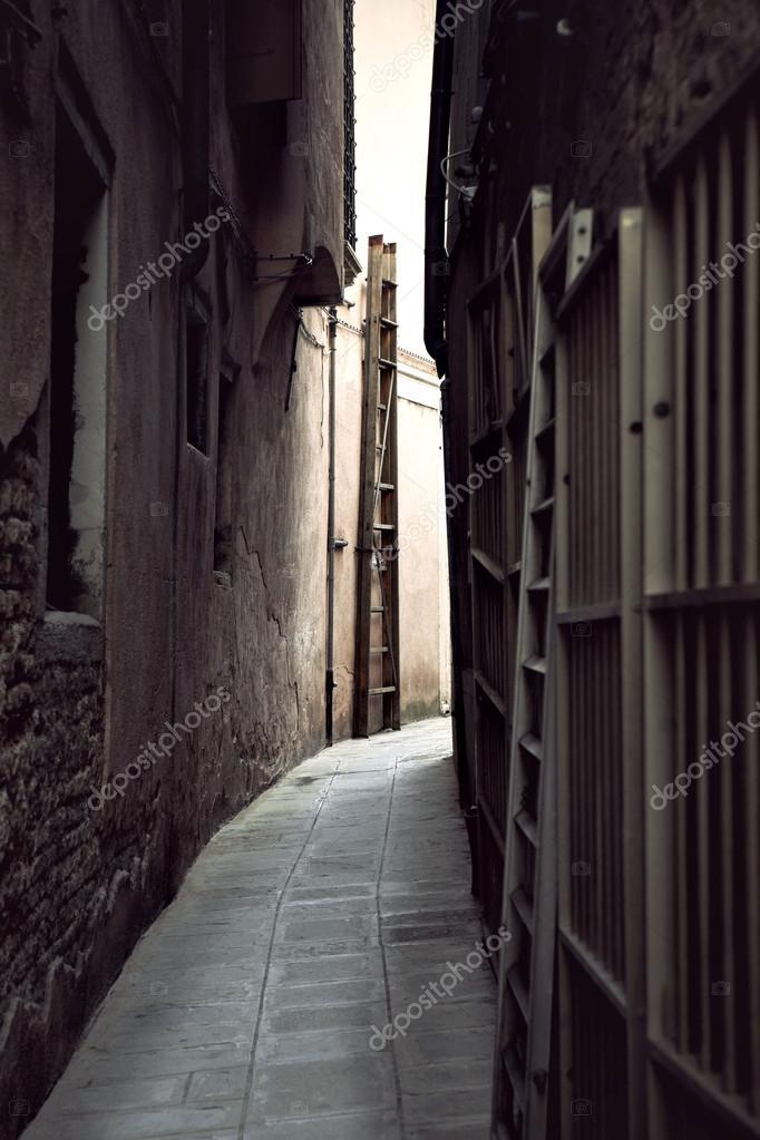 Фотообои Narrow street in Venice