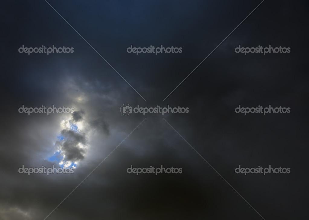 Nuages sombres et petite tache bleu — Photographie ...