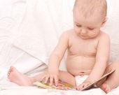 Fotografie Sladký děťátko s knihou