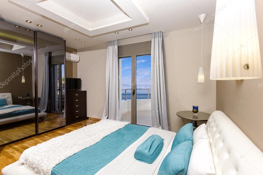 Luxus schlafzimmer mit meerblick  Schlafzimmer mit schönem Meerblick — Stockfoto #44018537