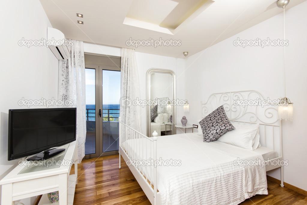 Luxus schlafzimmer mit meerblick  Schlafzimmer mit schönem Meerblick — Stockfoto #44535713