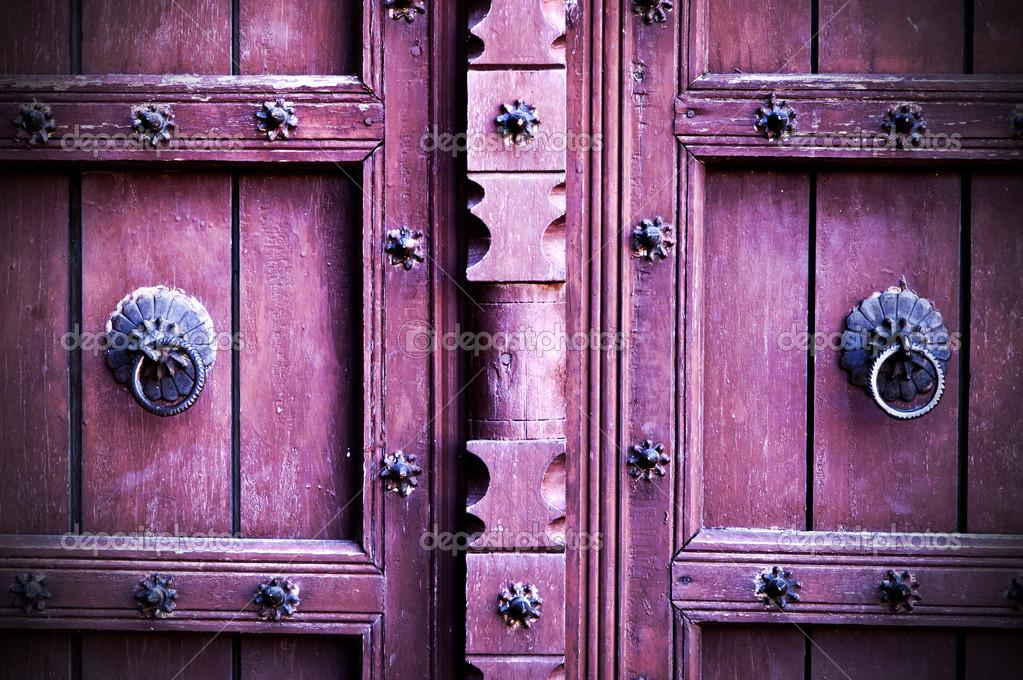 puertas antiguas u foto de stock