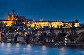 Karlův most a Pražský hrad v nigth zobrazení
