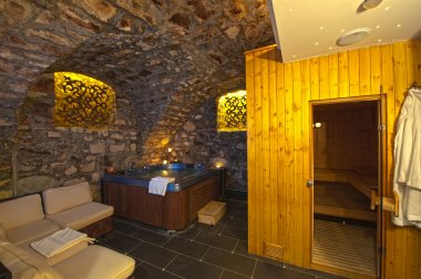 Jacuzzi and sauna in the basement