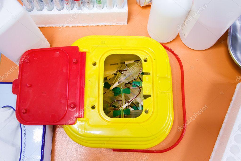 Banchi Da Lavoro Per Laboratorio Analisi : Rifiuti medici nel banco di lavoro u foto stock angellodeco