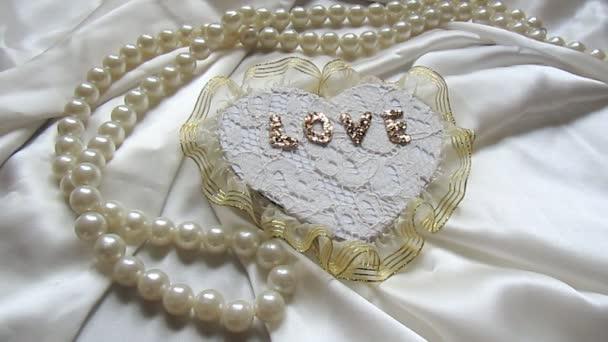 dekorativní srdce a bílé růže