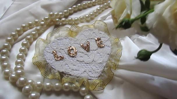 dekorativní srdce a kytici bílých růží