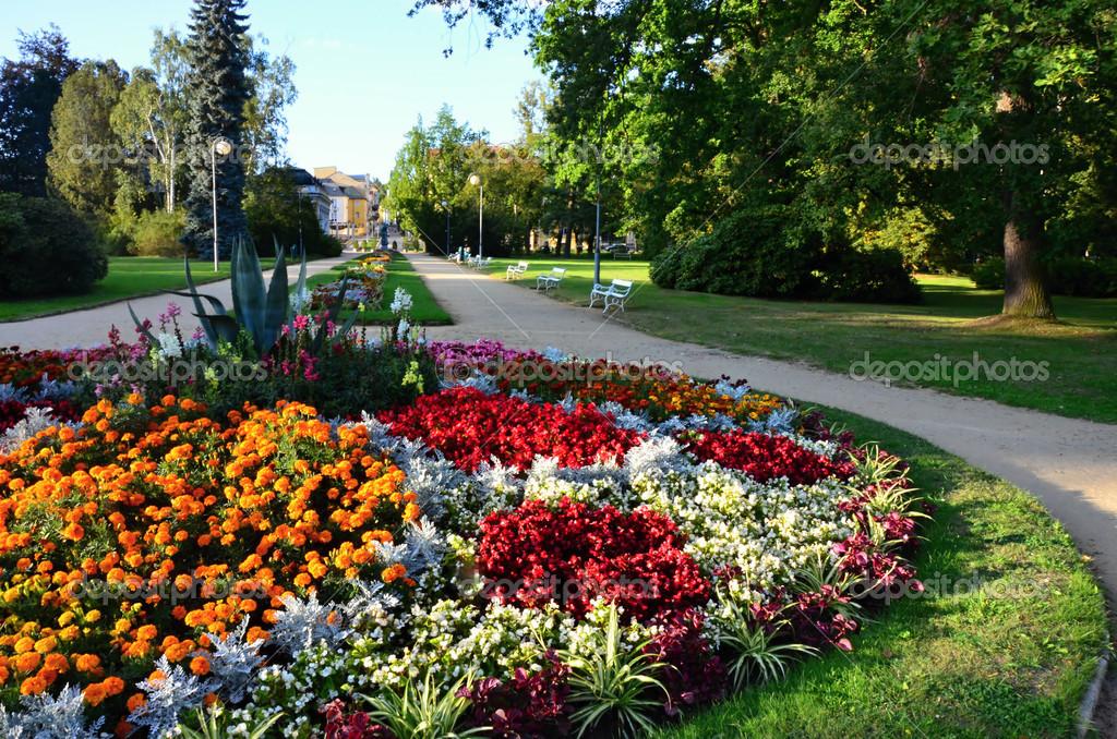 Zona pedonale a franzensbad spa con aiuole fiorite foto for Aiuole fiorite immagini
