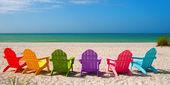 Adirondack strand székek egy nyári vakáció a kagylós homok