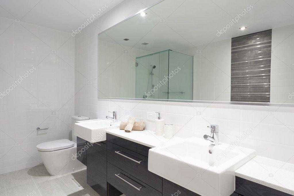 Moderne dubbele badkamer u stockfoto zstockphotos