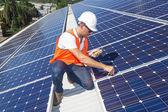 solární panely s technikem
