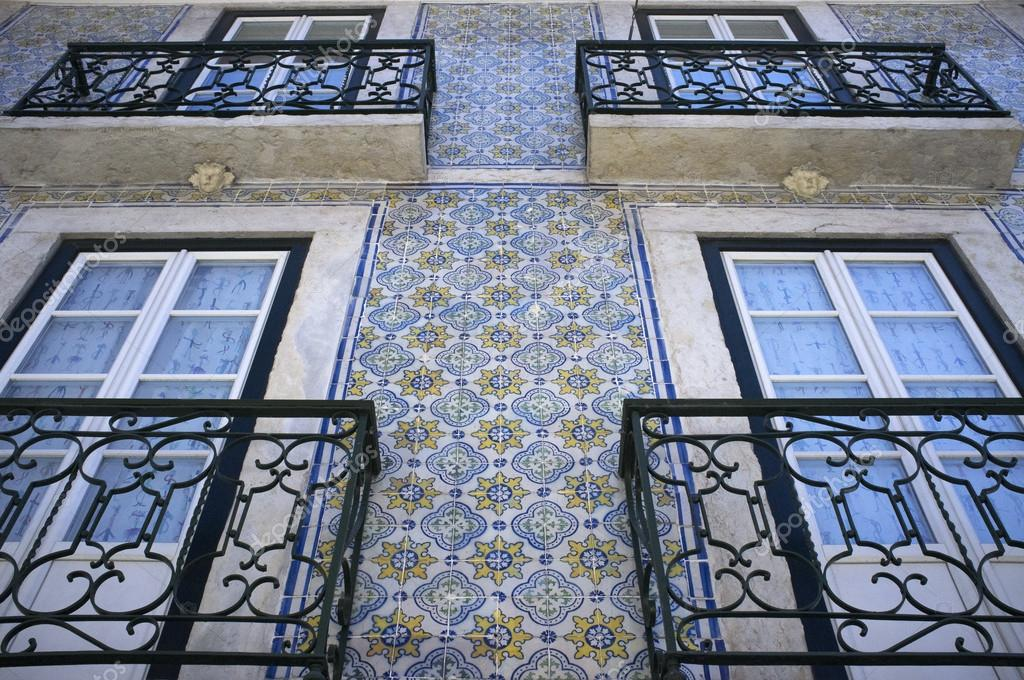 Facciata di una casa portugese rivestito con piastrelle in