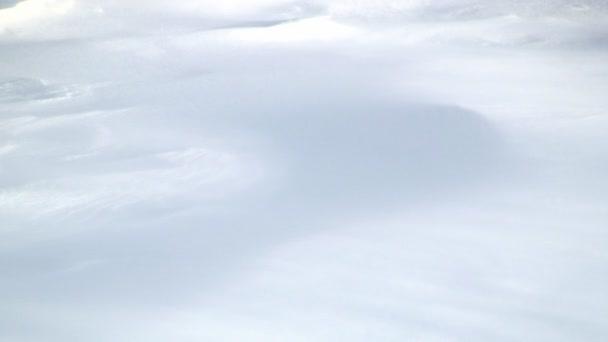 Faragott a szél-vezérelt jégkristályok hófúvás