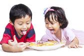 Fotografia ora di cena con fratello e sorella isolato