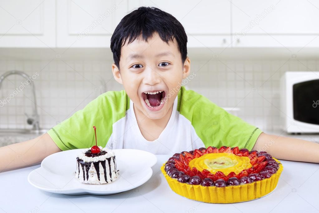 Chłopak śmiejąc Się Przed Jedzenie Ciasta Urodziny W Domu Zdjęcie