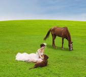 nevěsta hrát s zvíře na zelené louce