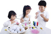 Fotografia bambini colorare le uova di Pasqua