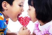 Fotografia due bambini con lecca-lecca