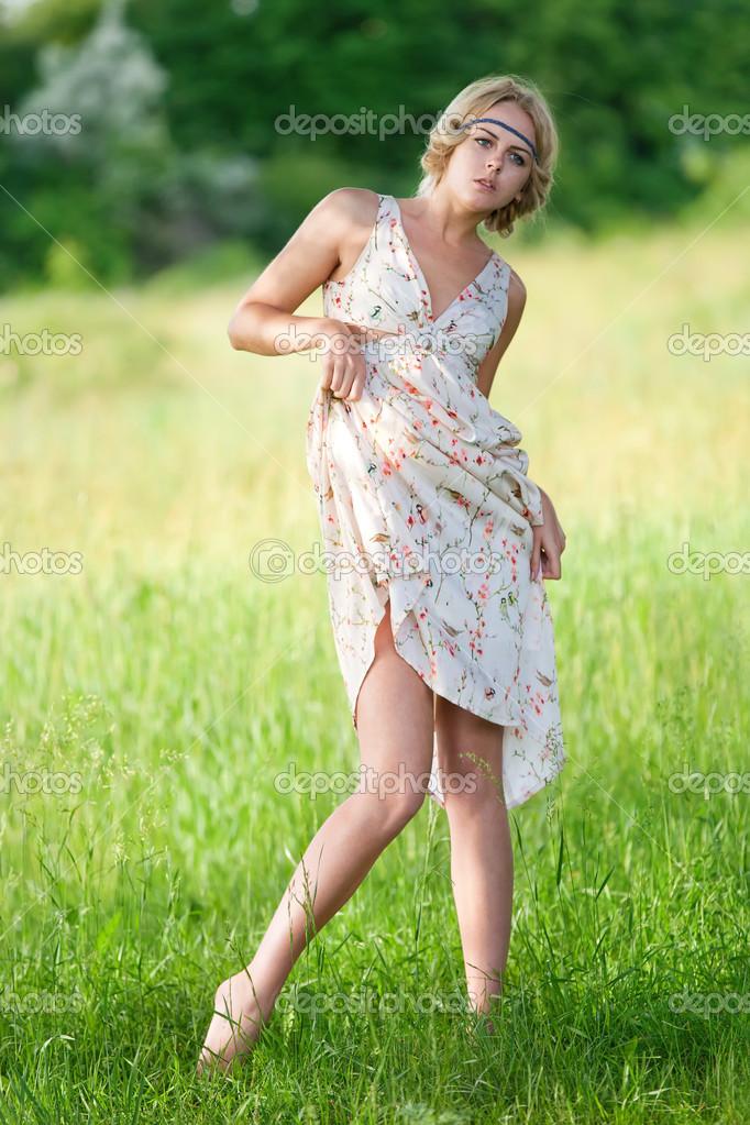 Молодая девочка на природе фото 599-939
