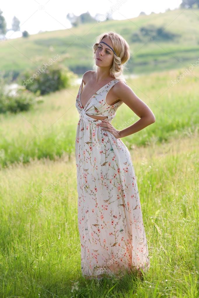 Видео, девушка на природе в платье