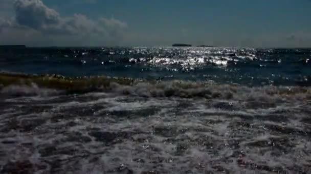 barevné Mořská vlna se blíží pobřeží při západu slunce