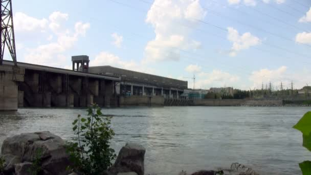 vodní elektrárna na řece