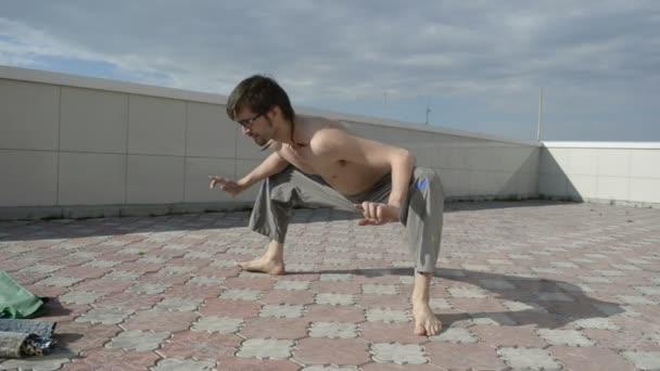 člověk praxe jógy na střeše. dřepy