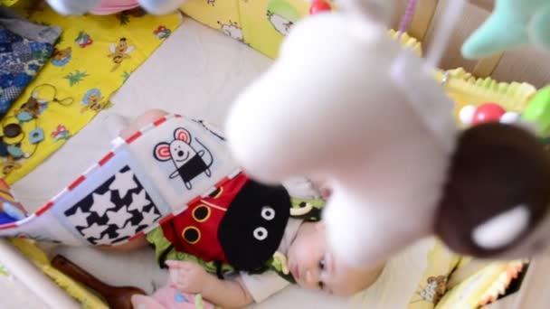 dítě leží v postýlce pod postýlku mobilní