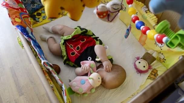 dítě leží v postýlce