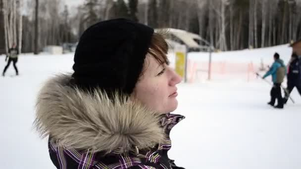 mladá žena na lyžařské středisko