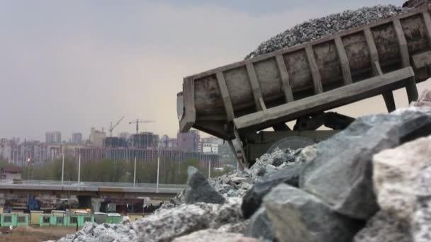 Těžba náklaďáky v otevřené jámy dolu
