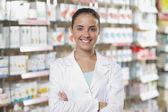 Fotografie portrét usmívající se žena farmaceut v oboru farmacie