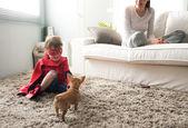 Fotografia famiglia con il cane a casa