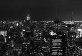 Fotografie Midtownu na Manhattanu v noci v černé a bílé