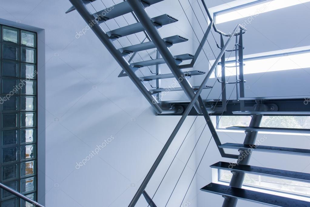 sortie de secours par une cage d 39 escalier dans un immeuble modern photographie kruwt 18284473. Black Bedroom Furniture Sets. Home Design Ideas