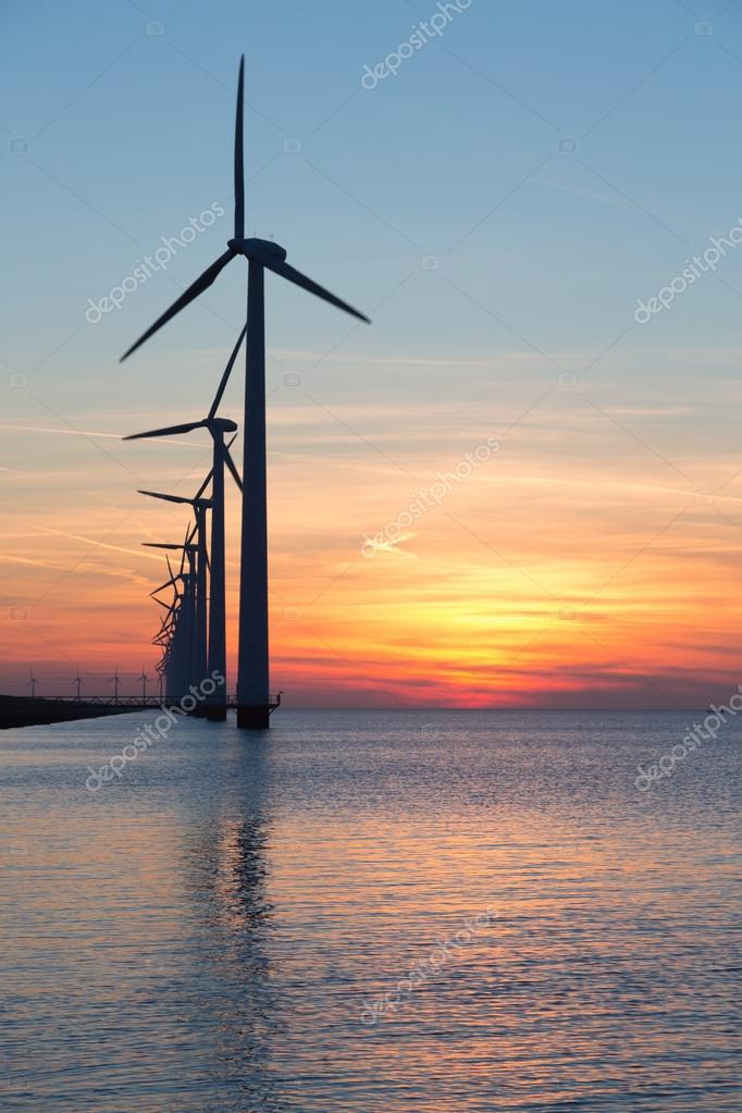 Długi Wiersz O Windturbines Z Zachód Słońca Nad Morzem