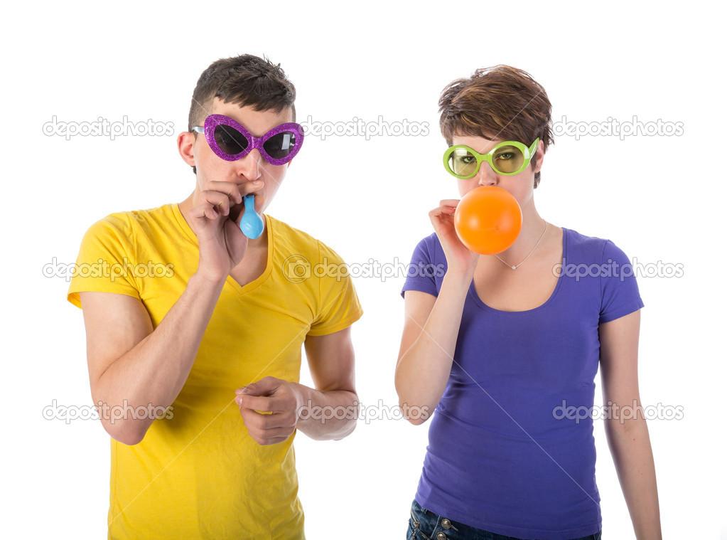 511616e465c3ed Homme et femme avec des lunettes de soleil soufflant des bulles — Image de  kruwt